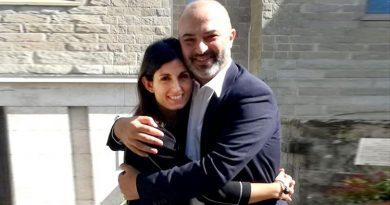 Virginia Raggi abbraccia Max Bugani