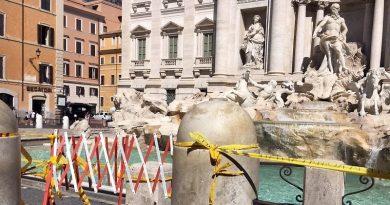 Fontana di Trevi sfregiata con transenne e nastri gialli