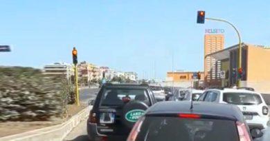 Ostia ambulanza bloccata dal traffico creato dalla pista ciclabile
