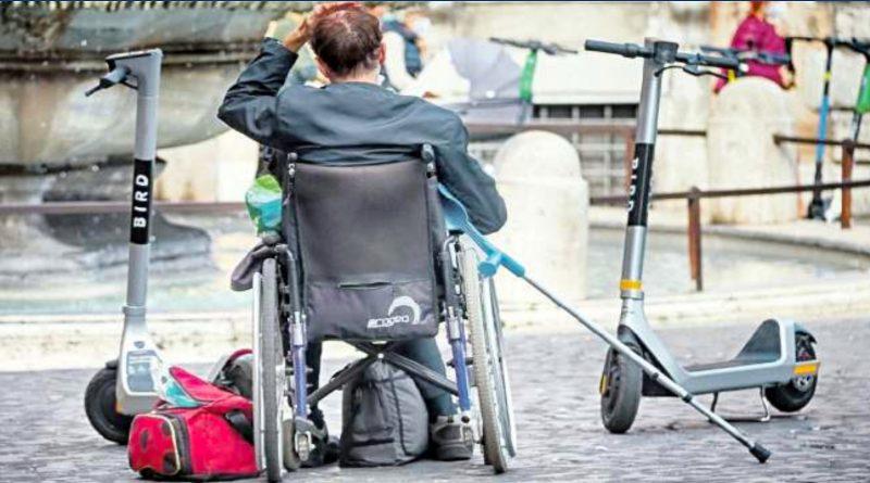 Disabile prigioniero dei monopattini. Foto de Il Messaggero