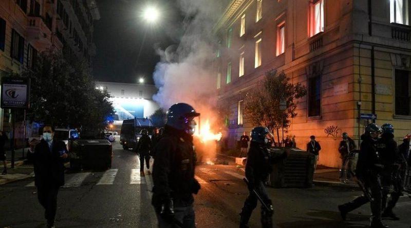 Scontri con cariche della Polizia a piazza del Popolo