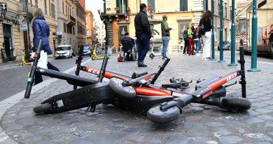 Caos monopattini a Roma
